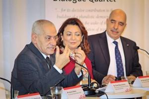 Från vänster UGTT:s generalsekreterare Hassine Abassi,arbetsgivarorganisationens Ouided Bouchamaoui samt Abdessatar Ben Moussa från människorättsorganisationen.