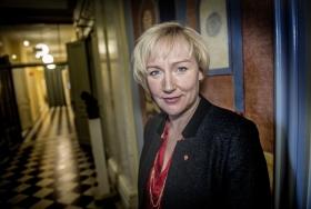 Ministern öppnar för höjda behörighetskrav