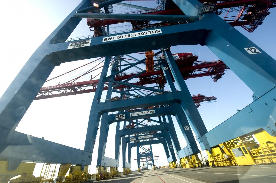 Modigt steg eller nej tack – LO och Transport oense om hamnfyrans utspel