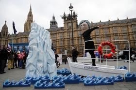 Brexit-pappan blev påhoppad i poolen