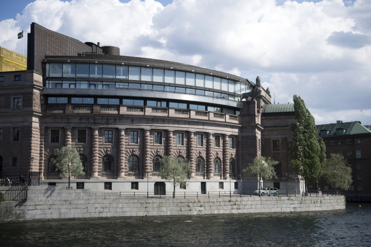 Riksdagsman i clownutstyrsel avvisad från minnesstund