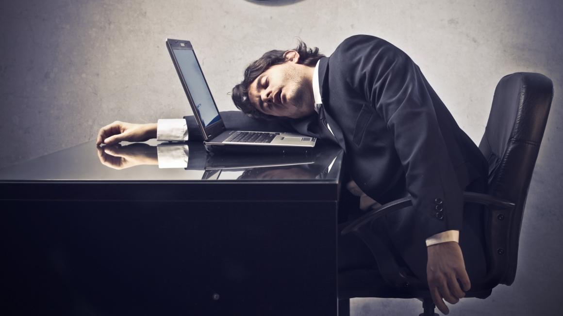 Bild på utmattad managementkonsult hyllas