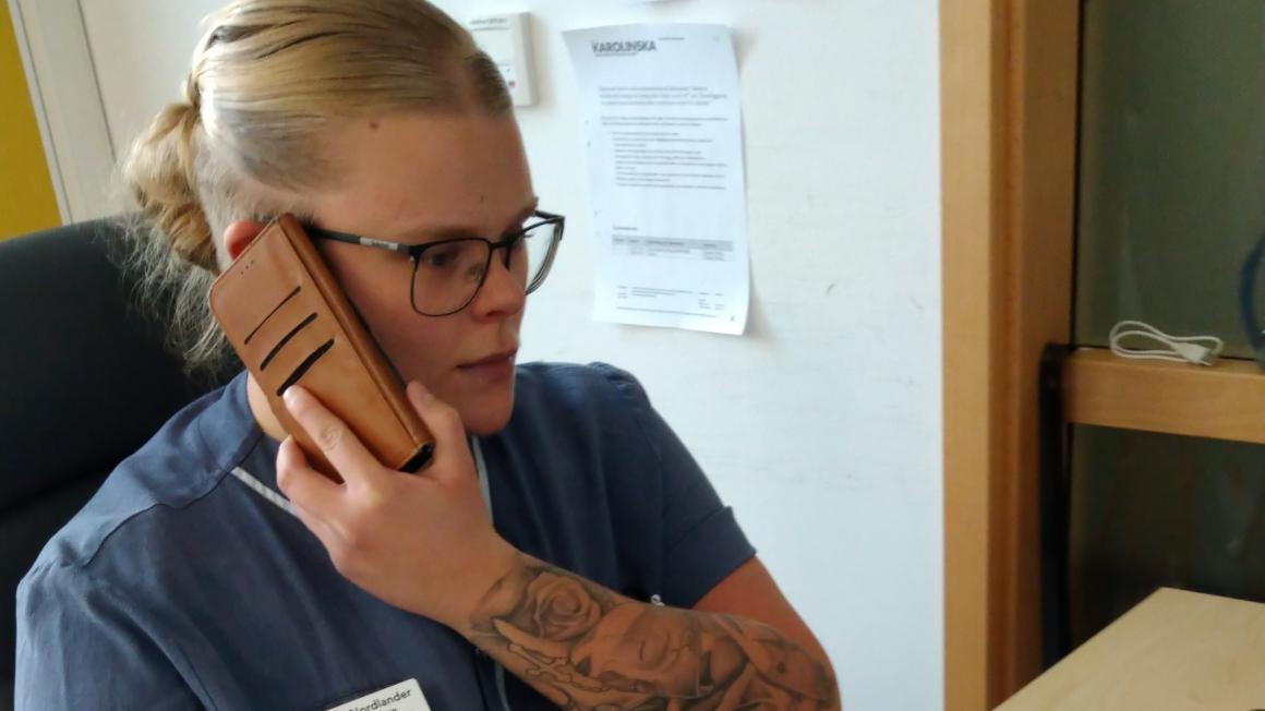 Hon jobbar på Karolinska i Coronakrisen – under varselhot